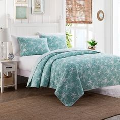 Transform your bedroom into a seaside retreat with the serene Starfish Reversible Quilt Set. The laid-back coastal quilt is decked out in an aqua textured ground with a crisp white allover starfish design. Coastal Quilts, Coastal Bedding, Coastal Bedrooms, Rustic Bedding, Luxury Bedding, Tropical Bedding, Beach Bedrooms, Aqua Bedding, Quilt Bedding
