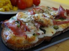 gourmet ham, mozzarella and zucchini bruschetta Zucchini, Little Muffins, Gourmet Recipes, Healthy Recipes, Bruchetta, Pizzeria, Sandwiches, Finger Foods, Food Print