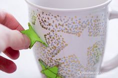 Sharpie Mugs and Homemade Hot Chocolate Mix - - How to make Sharpie Mugs that look fabulous and don't wash off. Plus a homemade hot chocolate mix all wrapped up in a cellophane bag you can make yourself. Sharpie Plates, Sharpie Paint, Sharpie Mugs, Oil Sharpie, Sharpie Markers, Marker Crafts, Sharpie Crafts, Diy Crafts, Tape Crafts