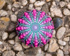 Esta piedra ha sido creada con pintura acrílica y protegidos con barniz mate. Esta piedra es de unos 5 cm de diámetro y agregará un bonito detalle para cualquier ambiente o puede ser un gran regalo - se entregarán en un empaquetado hermoso. Si tienes alguna duda, comuníquese conmigo. La piedra está lista para enviar dentro de 1-3 días con un número de seguimiento de DHL.