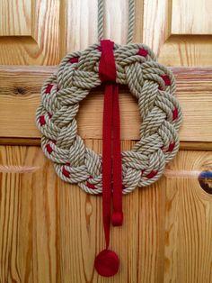Simple Rope Wreath Turks Head Disney Diy Crafts, Diy Home Crafts, Christmas Crafts To Make, Handmade Christmas, Nautical Wreath, Nautical Knots, Easy Crafts For Teens, Nautical Christmas, Weaving Yarn
