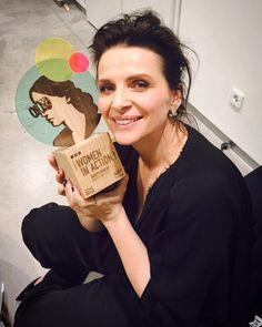 "5,390 aprecieri, 149 comentarii - Juliette Binoche (@juliettebinoche) pe Instagram: ""Samedi dernier j'ai eu l'honneur de recevoir le prix Women in Action à Madrid. Un moment d'échange,…"""