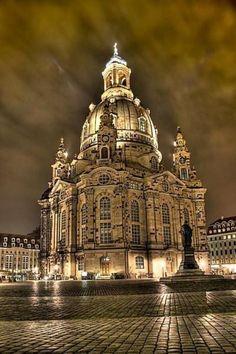 Dresden Frauenkirche, Alemanha, bombardeado na Segunda Guerra Mundial, e reconstruído usando o máximo de pedras originais possível. - Dresden Frauenkirche, Germany, bombed in WWII, and rebuilt using as much of the original stones as possible. -