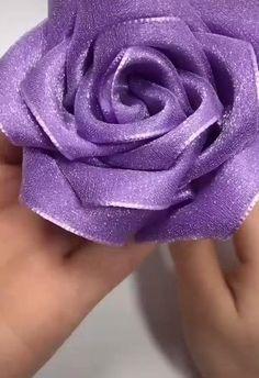 Diy Flower Fabric, Rolled Fabric Flowers, Diy Ribbon Flowers, Ribbon Flower Tutorial, Satin Ribbon Flowers, Satin Ribbons, Paper Flowers Craft, Flower Diy, Ribbon Crafts