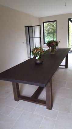 LANGE EIKEN TAFEL OP VOORRAAD!!!    Lange eiken tafel in massieve rustieke eik. Deze prachtige eiken tafel is op voorraad.  Mooi in een klassiek, antiek of modern interieur. Ook als vergadertafel een aanrader. Gewicht: 200 kilo. Prijs: 350x100x78 cm € 4479,-