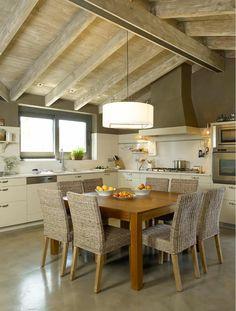 Una atmósfera campestre actualizada: Cocinas de estilo rústico de DEULONDER arquitectura domestica