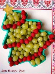 cute christmas tree fruit platter for healthy holiday snack - just get a christmas tree shaped tray and fill with green grapes, raspberries, and a starfruit. Love this for Christmas party.easy to do. Christmas Party Snacks, Healthy Christmas Treats, School Christmas Party, Cute Christmas Tree, Preschool Christmas, Xmas Food, Christmas Appetizers, Christmas Breakfast, Noel Christmas