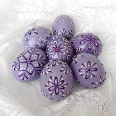 Kraslice - Velikonoční vajíčka - fialová Kraslice jsou řádně dezinfikovány, některé vrtané, barvené ručně štětcem, ručně malované technikou voskový reliéf a navíc také kvalitně přelakované. Proto jsou naše kraslice pevnější a zůstavájí jako nové po mnoho let. Základní barva vajíčka: fialová Vzoryna kraslicíchjsou různé - kvalitní originální ruční ...
