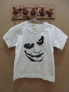 Camisetinha Infantil Coringa Disponível nos tamanhos 2, 4, 6 e 8 anos. R$ 30,00  www.elo7.com.br/dixiearte