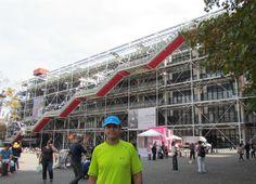 Centro Nacional de Arte y Cultura Georges Pompidou de París (Francia), diseñado por los arquitectos Renzo Piano y Richard Rogers en 1977. El centro alberga el IRCAM, un centro de investigación musical y acústica; la biblioteca (Bibliothèque Publique d'Information)  y  el Museo naciónal de Arte Moderno que posee una de las colecciones de arte moderno y contemporáneo más completas del mundo junto con el Museum of Modern Art (MoMA) de Nueva York y la Tate Modern de Londres.