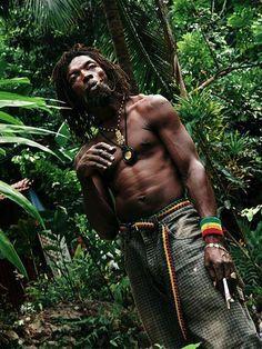 La religión Rastafari se inició en África.  Casi siempre está asociada  con la población más pobre de Jamaica.  No es tan sólo una religión, sino un modo de vida.  Los Rastafaris protestan en contra de la pobreza, la opresión y la desigualdad..... no se trata sólo de ideas religiosas sino de tener conciencia de los problemas mundiales.  Los Rastafaris usan la Biblia para guiarse.