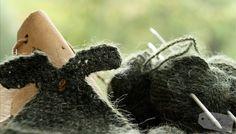 Herbstdekoration für den Garten. Kleider für die Elfen *DIY*  - Anleitung gestrickte Kleidergirlande. See tutorial at Living & Green