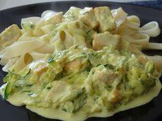 Ingrédients pour 4 personnes : 200 g de tagliatelles 250 g de saumon frais 1 grosse courgette 1 c. à c. de curry 1/2 c. à c. de gingembre sel 250 ml de crème fraîche liquide un peu de beurre Prépar...