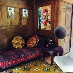 jadi salah satu sudut favorit.. semua menyatu.. #antik #antique #painting #bali #wayang #ulos #music #chair #joglo #ubin #kayu #batik by irfanhakim75
