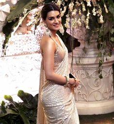 Kriti Sanon hot backless saree images - Hindi Business Tips Indian Actress Photos, Indian Bollywood Actress, Beautiful Indian Actress, Bollywood Fashion, Indian Actresses, Bollywood Heroine, Katrina Kaif Hot Pics, Bollywood Pictures, Lehnga Dress