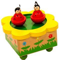 Houten muziekdoos lieveheersbeest; Terwijl de muziek speelt dansen de twee lieveheersbeestjes vrolijk rond.   Afm:12x12x7 cm