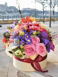 Pretty spring flowers in a hat box. Flower Cart, Flower Boxes, My Flower, Beautiful Rose Flowers, Beautiful Flower Arrangements, Beautiful Flowers, Happy Birthday Flower, Silk Arrangements, Luxury Flowers