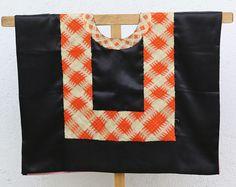 Blouse Frida: Huipil de México, hecho con trazos de formas geométricas sobre satén negro, blusa típica de Tehuantepec, Oaxaca