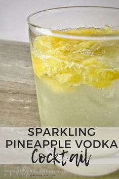 Sparkling Pineapple Vodka Cocktail This refreshing Sparkling Pineapple Vodka Cocktail is going to be your new to go drink on hot summer days! – Cocktails and Pretty Drinks Absolut Vodka, Cocktails Vodka, Vodka Mixed Drinks, Beste Cocktails, Cocktail Drinks, Cocktail Recipes, Summer Cocktails, Easy Vodka Drinks, Popular Cocktails