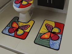 CASAS AMP TE DICE ¿Qué debo usar para decorar mi baño si es muy pequeño? Hoy en día, los hogares son pequeños, y es común que los baños sean muy reducidos. Algunas personas acostumbran poner un tapete fuera de la regadera y al pie del w.c., algo que te sugerimos evitar ya que al ponerlo ahí es probable que quienes utilicen el baño tengan que pisar el tapete, el mismo que pisas tú y tu familia cuando salen de bañarse. www.casasamp.com Bathroom Crafts, Pom Pom Rug, Potholder Patterns, Patchwork Designs, Mug Rugs, Handmade Rugs, Diy Flowers, Quilting Projects, Rugs On Carpet