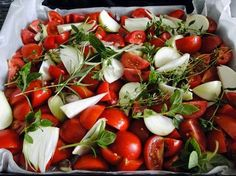 Omáčka z pečených rajčat Plech vyložíme dvojitým pečícím papírem 2 kg hodně zralých rajčat na čtvrtky 10 stroužků česneku 4 velké cibule nakrájíme na měsíčky Hrst bylinek - oregano, bazalku, tymián a rozmarýn 4 velké lžíce medu 4 velké lžíce olivového oleje pepř, sůl 3 polévkové lžíce octa balsamico  Pokrájená rajčata, cibuli, celé bylinky a stroužky česneku na plech, osolíme pepříme, pokapeme olejem a medem dáme do trouby, 2 hod 180 °, všechno rozmixujeme dáme  balsamico sterilujeme 20 min 85° Pasta, 20 Min, Kitchen Hacks, Caprese Salad, Pickles, Frozen, Food And Drink, Healthy Recipes, Healthy Food