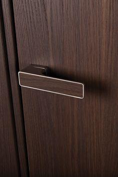Här är den senaste innerdörren från Ekstrands!   TYP 3 Duo är en designdörr med det absolut senaste inom dörrteknik. Konstruktionen bygger på en foderbildande karmkonstruktion med ofalsat dörrblad, dolda gångjärn och magnetlås. Karm och dörrblad livar med varandra vilket gör att man kan bygga in karmen i väggen och montera väggbeklädnad i samma nivå som foder. Dörren blir då en del av väggen.   #Dörr #Innerdörr #Dörrar #Ekstrands #Door #Doors #Design #Trycke #Handtag #Handle #Typ3Duo