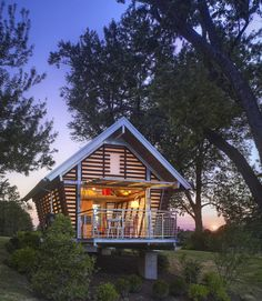 Designed by Broadhurst Architects, this prefab tiny house takes its basic form from traditional American corn cribs, which were common farm buildings that served to store and dry corn.