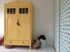 Wolkjes behang eijffinger en geel geverfde kast. Meisjes kamer Wallpaper cloud Eijffinger with yellow painted closet. Girlsroom