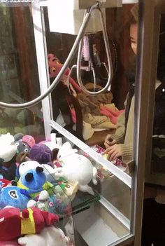 The perfect way to win a toy in a claw machine Just For Fun, Have Fun, Funny Pranks, Funny Memes, Kiss Cam, Claw Machine, Crane, New Baby Products, Funny Pictures