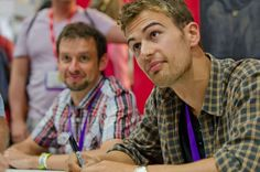 Theo James signing for fans at Comic Con. Click the pic for More pics