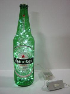 Agora sua bebida preferida vai animar a decoração da sua casa ou festa! Combina também com ambientes comerciais como bares e restaurantes. Além de original, é duplamente sustentável: a garrafa é um material reciclado e os LEDs consomem menos energia e tem vida útil mais longa do que as lâmpadas comuns. Características: - Luminária produzida com garrafa de vidro de 650ml da cerveja Heineken. - São 100 microlâmpadas brancas de LED que permitem boa iluminação. - Possui 8 funções de ...