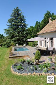 Une piscine auprès d'une longère normande près de Dreux. Au cœur de la Normandie la piscine équipée d'un liner gris ardoise donne les tons d'un bassin naturel et écologique à la Piscinelle.