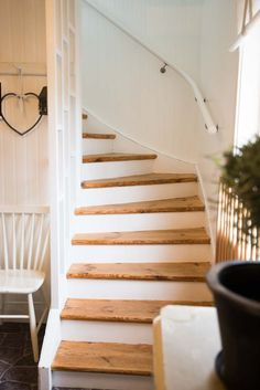 se tipsar om hur du kan inreda i lantlig stil. Rustic Staircase, Staircase Design, Cottage Stairs, Interior Stairs, Stairways, Cottage Style, Diy Home Decor, Living Spaces, Sweet Home