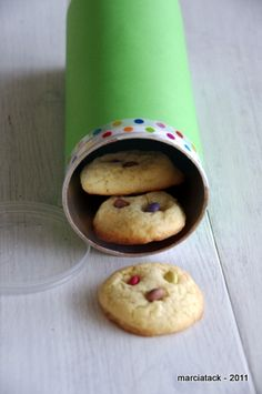 Empty Pringles can turned into a cookie container Cookie Box, Cookie Time, Biscuit Cookies, Cupcake Cookies, Cupcakes, Daycare Crafts, Fun Crafts, Pringles Can, Biscuits