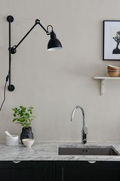 Modern yet relaxed kitchen in beige shades – Kitchen Chandelier İdeas. Kitchen Lamps, Kitchen Chandelier, Home Decor Kitchen, Kitchen Lighting, Table Lighting, Design Kitchen, Modern Lighting, Lighting Ideas, Kitchen Ideas
