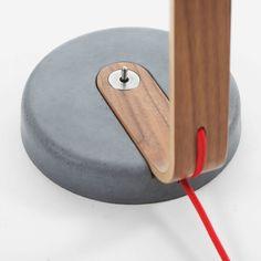 Die Design Lampe mit dem Sockel aus Beton