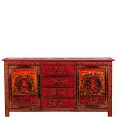 Für die Herstellung dieser Replikate alter tibetanischer Möbel wenden ausgesuchte Künstler viel Zeit und Liebe auf. Im traditionellen Stil werden alle Verzierungen, die beiden Buddhamotive auf den Türen und die überlieferten Ornamente (auch auf den Seiten!) frei von Hand gemalt. Die obere Platte schmückt ein prächtiges, leicht erhabenes Drachenrelief. So entstehen kostbare Unikate von einzigartiger Schönheit und mit antiker Patina. Mit Magnetschloss.