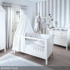 Annette Frank Kollektion 'Kleiner Hund' für ein klassisch eingerichtetes Babyzimmer im grau und weiß. …