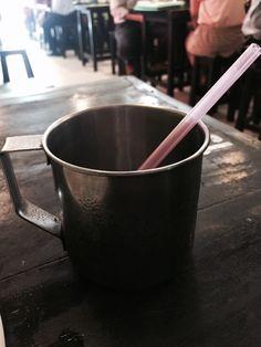 더운나라의 얼음가득한 철제컵은 진리