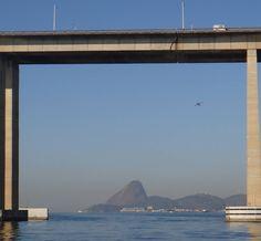 A Ponte Rio-Niterói emoldurando o Pão de Açúcar e o avião... Vista do Ponto 7 da Expedição Mensal na Baía de Guanabara. #baiadeguanabara #labhidroufrj #ufrj #riodejaneiro #errejota #agua #analisedeagua  #ponterioniteroi #paodeacucar #sugarloaf #aviao