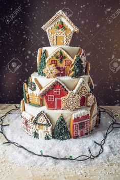 Bildresultat für Cake with Gingerbread Cookies - christmas desserts Christmas Cake Decorations, Christmas Sweets, Holiday Cakes, Christmas Cooking, Christmas Goodies, Holiday Baking, Christmas Desserts, Holiday Treats, Xmas Cakes