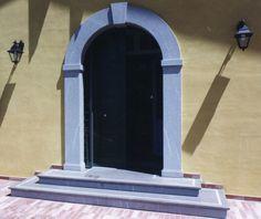 Portale ingresso principale e gradini parzialmente bocciardati in Pietra Piasentina- /- realizzazione BlancoMarmo.it / Arredi interni realizzati da Oggetti.it / design by LauroGhedini.com