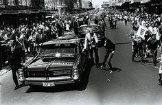 The Presidential Motorcade carries PRESIDENT LYNDON B. JOHNSON down Oxford Street, Sydney, (AUSTRALIA). -- October 1966.