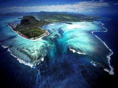 今までに『息を呑むほどの絶景』に出会ったことはありますか? もうどんな景色も見尽くした、そんな人でも驚愕!海の中の滝は必見!浮いているように見える岩や虹色の大地など、モーリシャスには私たちの知らない絶景がまだまだありました!  1.モーリシャスってどんな国?...
