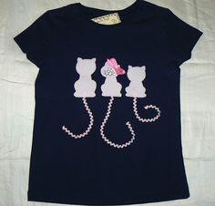 Camiseta personalizada con dibujo de gatitos, hecha totalmente a mano. info@elbauldepipo.es