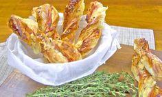 Party tyčinky z listového těsta plněné šunkou a sýrem Tapas, Salty Snacks, Russian Recipes, Onion Rings, New Recipes, Macaroni And Cheese, Shrimp, Bacon, Meat