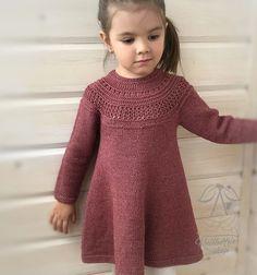 60 Ideas crochet dress girl design for 2019 Crochet Dress Girl, Knit Baby Dress, Crochet Baby Clothes, Baby Cardigan, Girls Sweater Dress, Knit Crochet, Knitting For Kids, Baby Knitting Patterns, Knitting Designs