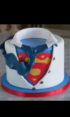 are you looking for awesome ideas to create your Superman cake or need some inspiration for it, look no further, below you can find 23 cool superman cakes Fancy Cakes, Cute Cakes, Bolo Super Man, Beautiful Cakes, Amazing Cakes, Fondant Cakes, Cupcake Cakes, Bolo Original, Superman Cakes