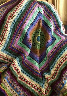 Este afgano de rayas es un muestrario de puntadas de crochet diferentes. Utilizando al azar trozos de hilo es un afgano muy colorido. Mide