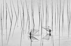 Dos pescadores: El banco de arena es uno de los lugares más fascinantes de Xiapu, China. Los pescadores de camarones, ostras y algas marinas siembran a lo largo de esta zona de la costa. (© Peng Jiang / National Geographic Photo Contest)